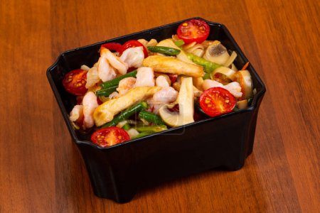 Photo pour Nouilles Wok au poulet, crevettes et champignons - image libre de droit