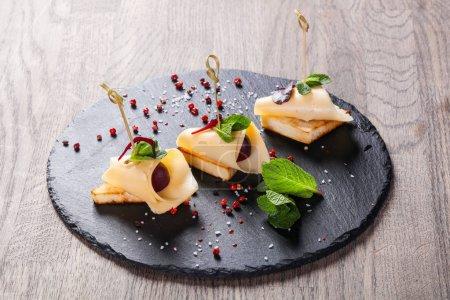 Photo pour Canspe au fromage et raisin servi menthe - image libre de droit