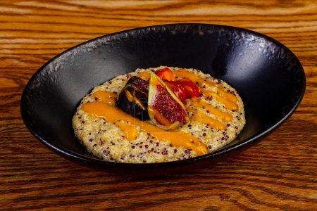 Porridge with quinoa and fruits