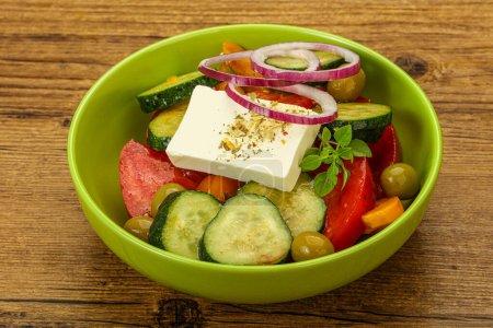 Photo pour Salade grecque traditionnelle avec fromage et légumes feta - image libre de droit