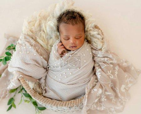 Photo pour Nouveau-né africain dans le panier recouvert de draps - image libre de droit