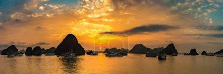 Photo pour Panorama du coucher de soleil dans la baie de Halon, Vietnam dans une journée d'été - image libre de droit
