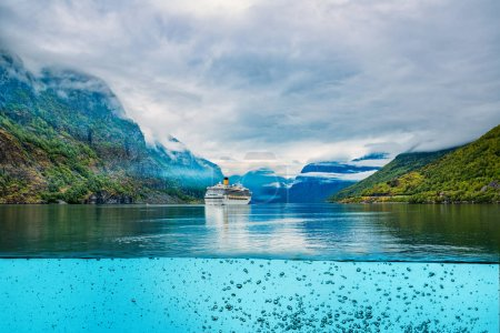 Photo pour Bateau de croisière, paquebots de croisière sur Hardanger fjorden, Norvège - image libre de droit