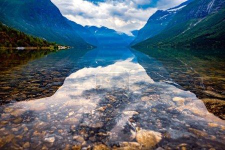 Photo pour Magnifique paysage naturel de Norvège de la Nature. Lac lovatnet. - image libre de droit