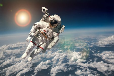 Photo pour Astronaute dans l'espace dans le contexte de la planète Terre. Éléments de cette image fournis par la NASA . - image libre de droit