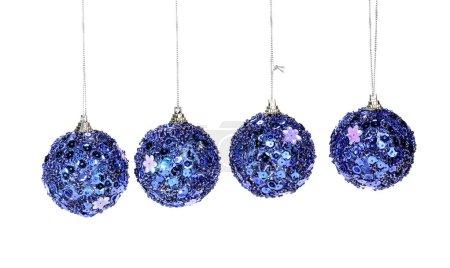 Photo pour Boules de Noël bleues ornements isolés sur un fond blanc - image libre de droit