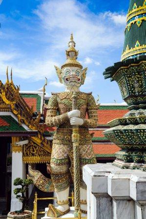 Photo pour Statue démon Yaksha garde au palais Wat Phra Kaew, temple de Bouddha émeraude. Bangkok, Thaïlande - image libre de droit