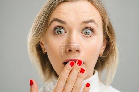 Photo pour Surpris belle femme expressions faciales main vers le haut - image libre de droit