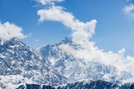 Photo pour Montagnes paysage himalaya, hautes montagnes et nuages - image libre de droit