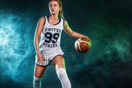 Photo pour Portrait d'une belle fille sexy avec un basket en studio - image libre de droit