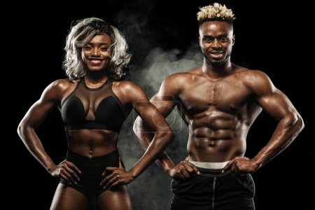 Photo pour Jeune couple attrayant pratiquant l'entraînement, mode de vie sain soins du corps - image libre de droit