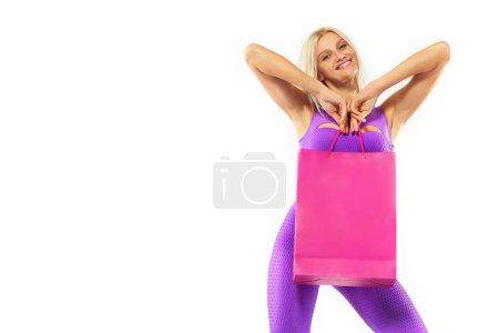 Photo pour Belle jeune femme faire du shopping en vacances noir vendredi. Fille avec sac noir sur fond sombre. - image libre de droit