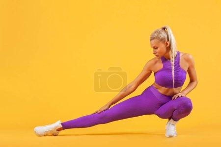Photo pour Attrayant jeune femme de fitness tenant haltère. Plan studio . - image libre de droit