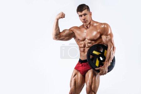 Photo pour Jeune sportif sans chemise athlétique - modèle de conditionnement physique avec barbe en gymnastique. - image libre de droit