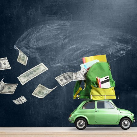 Photo pour Retour à l'historique des dépenses scolaires. L'argent s'envole de la voiture en livrant un sac à dos rempli d'accessoires contre le tableau noir - image libre de droit