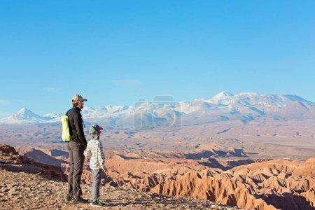 Photo pour Vue arrière de la famille de deux, père et fils, randonnée et marche ensemble profiter de la vallée de la muerte dans le désert d'atacama, le chili, mode de vie sain et actif de la famille et concept de vacances - image libre de droit