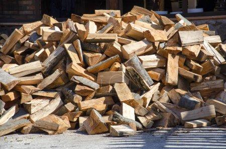 Photo pour Tas de bois de chauffage laminé se trouve à l'extérieur - image libre de droit