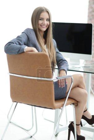 Photo pour Administrateur de succès femme assis sur le lieu de travail - image libre de droit