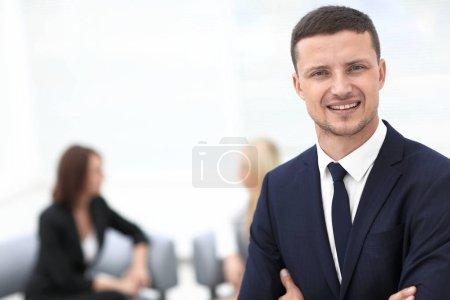 Foto de Retrato de hombre de negocios acertado en la oficina de fondo borroso - Imagen libre de derechos
