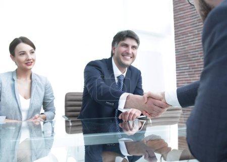 Photo pour Les gens d'affaires terminent la réunion par une poignée de main. Photo avec espace de copie - image libre de droit