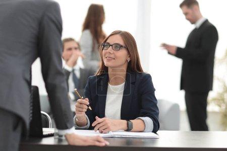 Photo pour Commandes de travail homme d'affaires, penché sur son bureau - image libre de droit