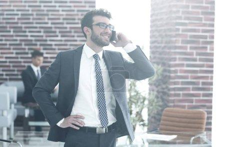 Foto de Hombre de negocios con smartphone.photo tiene un espacio en blanco para su texto - Imagen libre de derechos