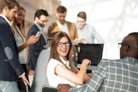 Photo pour Les employés de l'entreprise discutent data.the financière concept de succès - image libre de droit