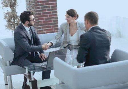 Photo pour Femmes d'affaires de poignée de main avec le client après signature du contrat - image libre de droit