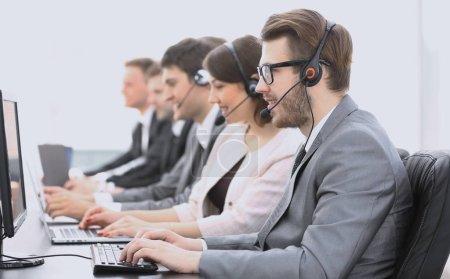 Photo pour Collègues centre d'appels pendant les heures de travail - image libre de droit