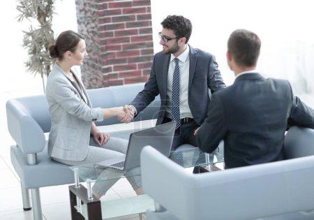Photo pour Poignée de main d'affaires femmes avec le client après la signature du contrat - image libre de droit
