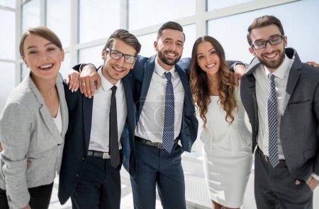Photo pour Close up.portrait d'une équipe d'affaires amicale. concept de réussite - image libre de droit