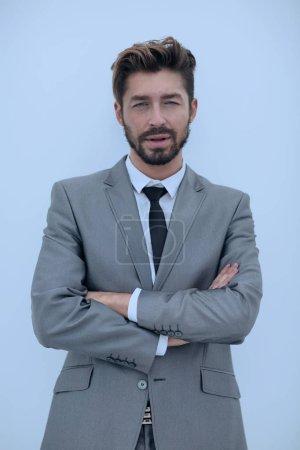 Foto de Retrato de medio cuerpo de hombre vestido con traje y corbata negra con los brazos cruzados - Imagen libre de derechos