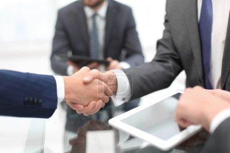 Photo pour Deux hommes d'affaires serrant la main lors d'une réunion dans le bureau. - image libre de droit