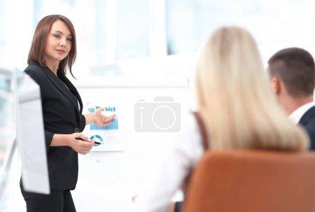 Photo pour Femme d'affaires conduit un atelier avec l'équipe d'affaires. photo avec espace de copie - image libre de droit
