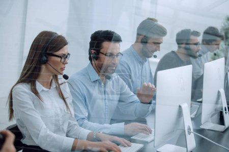 Photo pour Personnel du centre d'appels sur le lieu de travail dans le bureau.photo avec espace de copie - image libre de droit