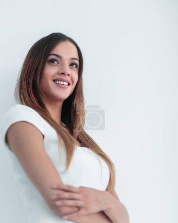 Photo pour Portrait d'une femme heureuse debout avec les bras croisés isolés sur un fond blanc - image libre de droit
