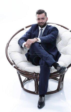 Photo pour Gros plan. Homme d'affaires confiant assis dans une chaise confortable - image libre de droit