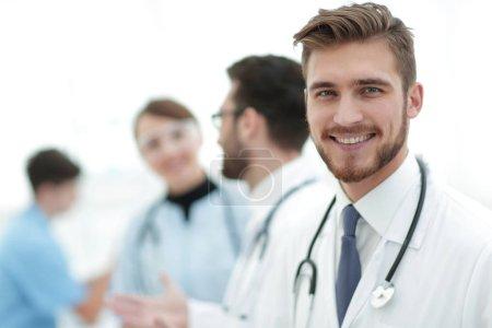 Photo pour Portrait de médecin amical homme souriant.photo avec espace de copie - image libre de droit