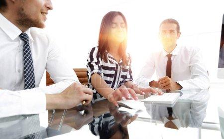 Foto de Equipo de negocios sentado en el escritorio en la oficina . - Imagen libre de derechos
