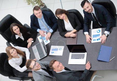 Photo pour Équipe d'affaires travaille avec les calendriers financiers dans le bureau - image libre de droit