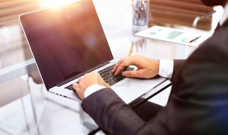 Photo pour Close seup.businessman tapant sur laptop.people et la technologie - image libre de droit