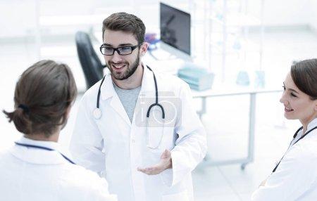 Foto de Personal médico analizando y trabajando en la clínica. - Imagen libre de derechos
