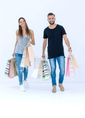 Photo pour Couple avec sacs à provisions, isolé sur fond blanc - image libre de droit