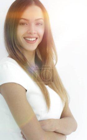 Photo pour Belle femme souriante avec une peau propre, maquillage naturel et dents blanches sur fond gris - image libre de droit