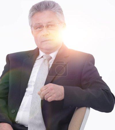 Foto de Hombre de negocios caucásico guapo sentado relajado retrato sobre fondo blanco de aislados - Imagen libre de derechos