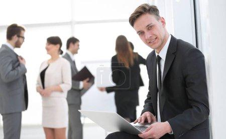 Photo pour Axé sur les employés travaillant sur ordinateur portable au bureau - image libre de droit