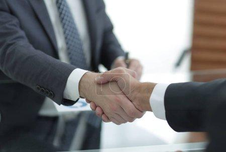 Photo pour Poignée de main aux partenaires commerciaux lors d'une réunion d'affaires - image libre de droit
