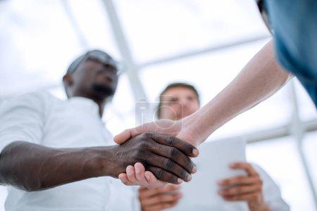 Photo pour Au premier plan poignée de main partenaires commerciaux. Le concept de coopération - image libre de droit