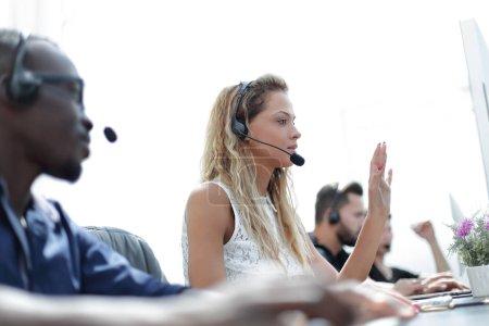 Photo pour Employés centre d'appels sur le lieu de travail. photo avec espace de copie - image libre de droit
