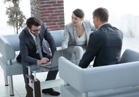 Photo pour Femme d'affaires et l'avocat de communiquer avec le client - image libre de droit